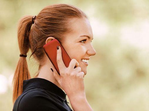 frau mit smartphone telefonierend shutterstock